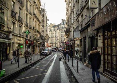 Le long de la rue Dauphine, entre la rue Christine et le Pont Neuf par Julien Barret