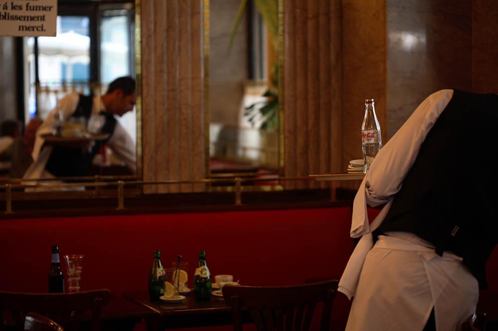 Cafe de Flore-garcon reflet miroir