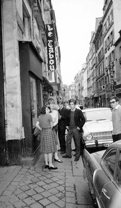 Paris, rue Dauphine, devant le Tabou, vers 1965 © Roger-Viollet