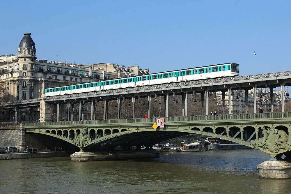métro MP7 sur le Viaduc de Passy parCramos - WikimediaCommoins