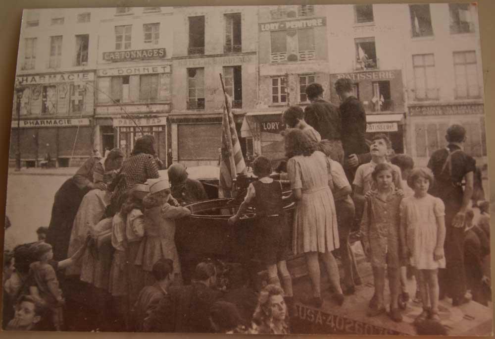 Libération-de-Paris-août-1944-Rue-Montmartre.-les-enfants-du-quartier-sur-le-char-américain.-La-Clairière