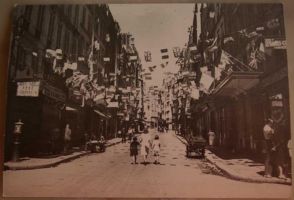Rue-des-petits-carreaux-le-jour-de-la-libération-de-Paris-Août-1945-La-Clairière