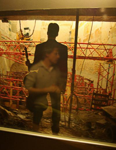 Reflet de Guillaume Cornut dans une photos des travaux du bal par Julien Barret