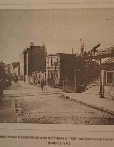 La rue du château avec la passerelle sur la droite, collection SHA XV