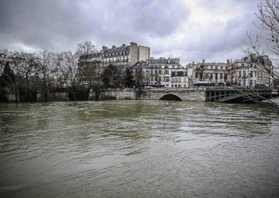 Seine en crue et pont de Sully immergé par J. Barret