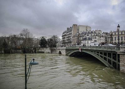Seine en crue sous le pont de Sully par J. Barret