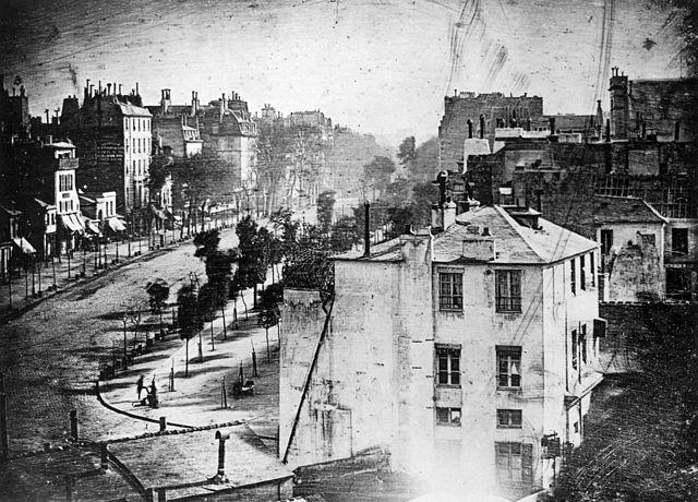 Le Boulevard du Temple pris par Daguerre en 1839, Domaine public, via Wikimedia Commons
