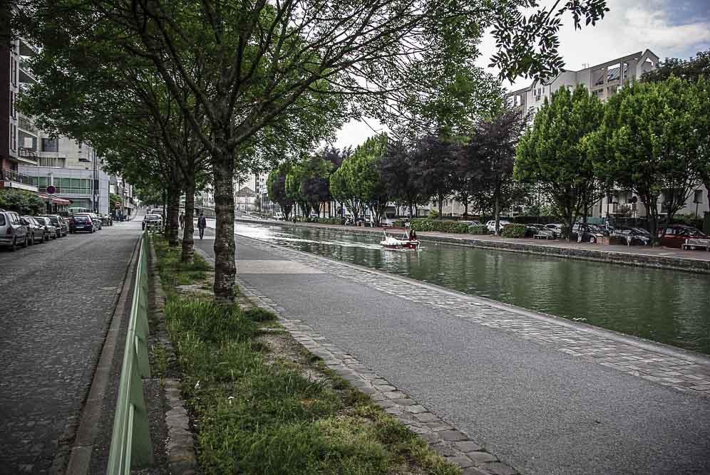 petit bateau sur le canal par J Barret