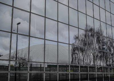 reflet d'une bulle du Tennis Club de Paris dans l'immeuble TF1 ©J Barret