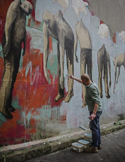 Philippe Hérard peint sa fresque rue des Couronnes par J Barret