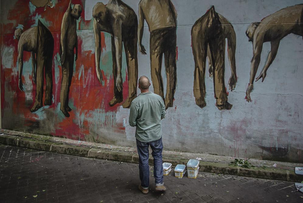 Philippe Hérard regarde les hommes de sa fresque par J Barret