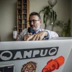 Le logo de l'Anpu sur l'ordinateur de Laurent Petit @ J Barret