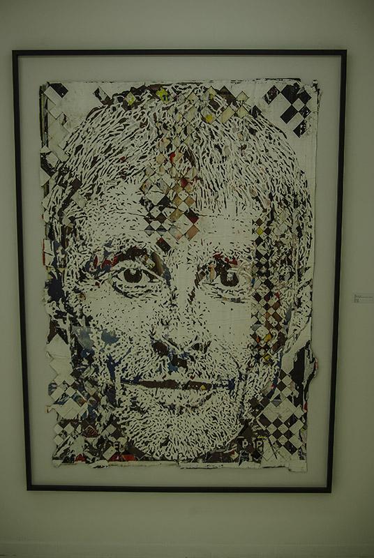 Oeuvre de Vhils avec affiches découpées à la galerie Danisz par J Barret