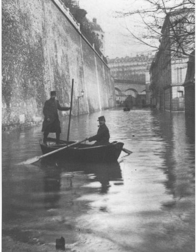 Deux sauveteurs en barque rue Fresnel, lors de la crue de janvier 1910 @Parimagine