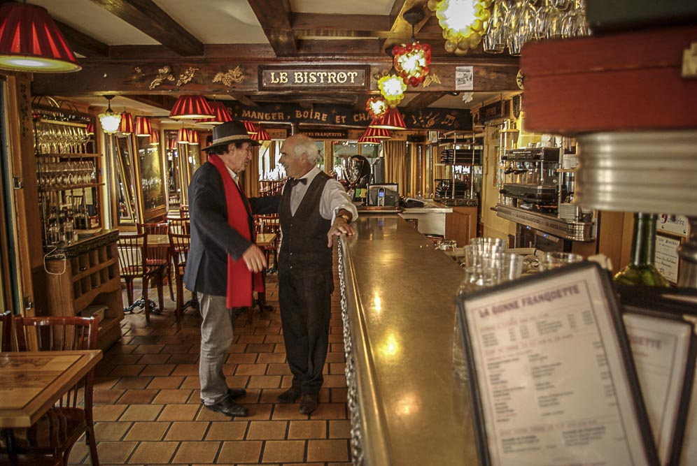 Alain Coquard discute avec le serveur Dominique Foussier à La Bonne franquette