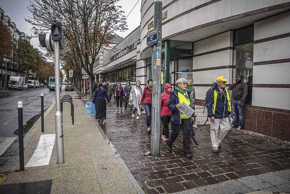 L'arrivée des deux derniers groupes devant la mairie de Romainville ©J.Barret