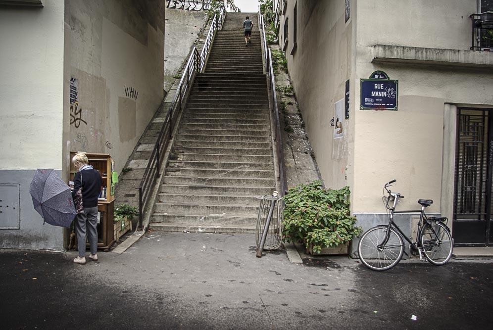 en attendant les marcheurs rue Manin ©J. Barret