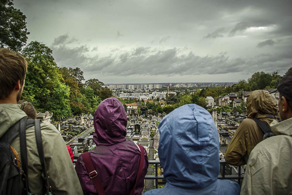 Les marcheurs observent le panorama sur le 93 derrière l'église St-Germain-l'Auxerrois de Romainville