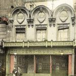 Photo en noir et blanc puis colorisée montrant la façade des Variétés-Parisiennes, prise dans les années 1910 ou 20. Crédit Parimagine
