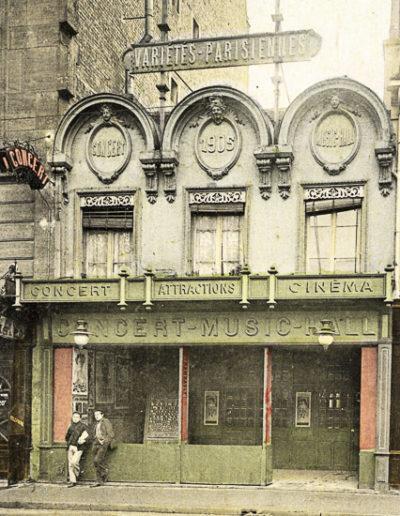 Photo en noir et blanc puis colorisée montrant la façade des Variétés-Parisiennes, prise dans les années 1910 ou 20 @Parimagine