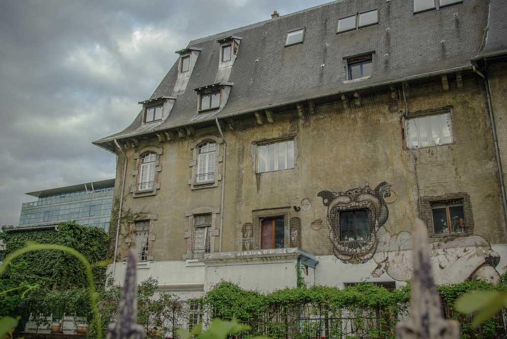 La façade des Frigos et un immeuble moderne rue Neuve Tolbiac par J.Barret