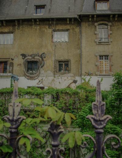 La façade des Frigos rue Neuve Tolbiac derrière la grille par J.Barret