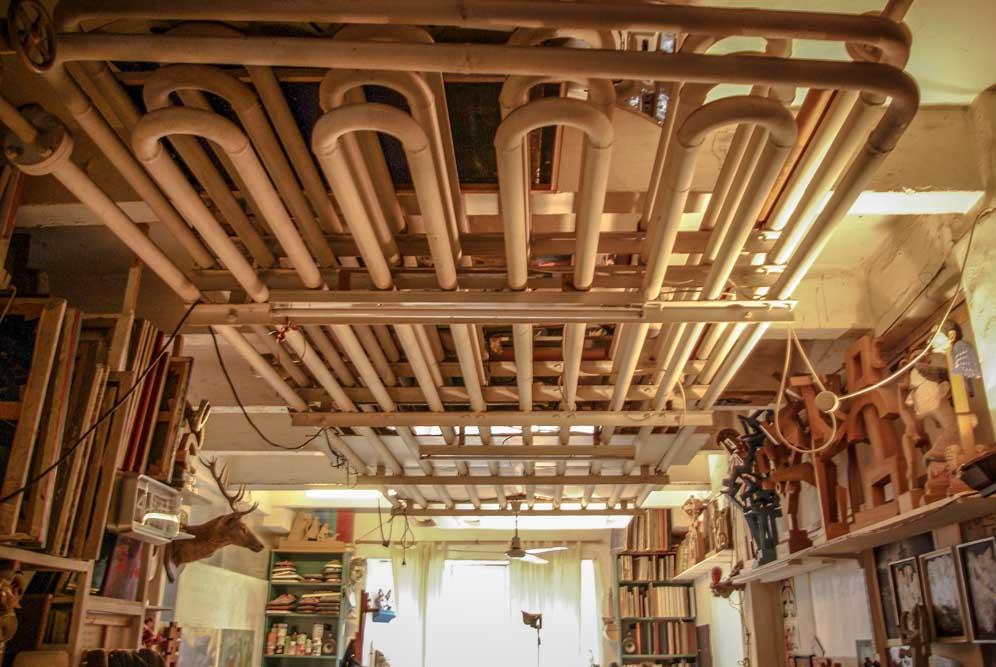 Tuyauterie ancienne au plafond de l'atelier dePascal Margat aux Frigos par J.Barret