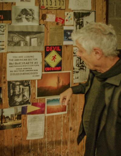jean-Paul Réti devant la porte de son atelier @autourdeparis