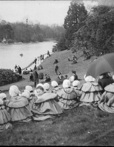Écolières d'un couvent devant le lac du Bois de Boulogne en avril 1898, fonds Eugène Trutat, Wikimedia Commons