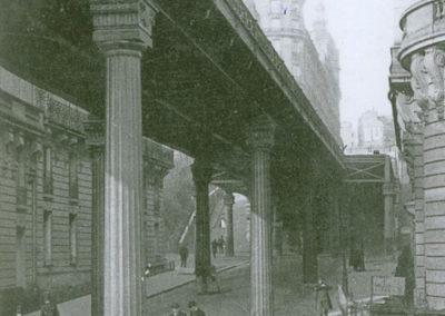 Sous les piliers du viaduc de Passy