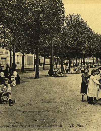 Carte postale de 1904 montrant, dans la «perspective de l'Avenue de Breteuil», des enfants qui jouent à côté de leurs parents, coll. SHA15