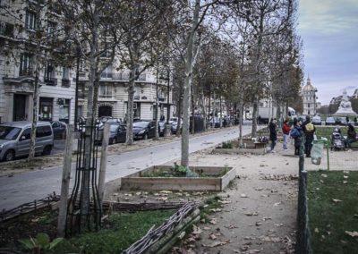 Fin 2018, les parents emmènent toujours leurs enfants jouer sur l'avenue de Breteuil, où la municipalité a justement aménagé une aire de jeux © J Barret