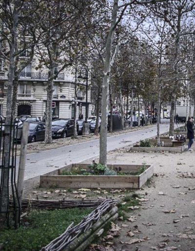 En novembre 2018, les parents emmènent toujours leurs enfants jouer sur l'avenue de Breteuil, où la municipalité a justement aménagé une aire de jeux © J.Barret