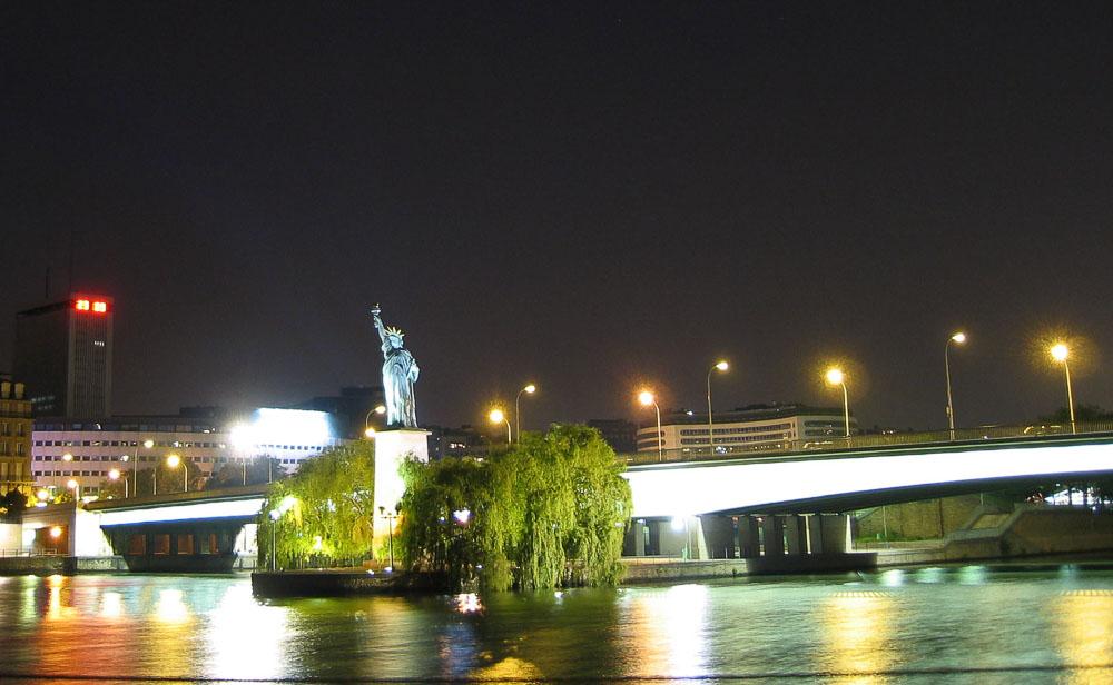 La statue de la Liberté et le pont de Grenelle en appui sur la pointe aval de l'île aux Cygnes CC BY-SA 3.0