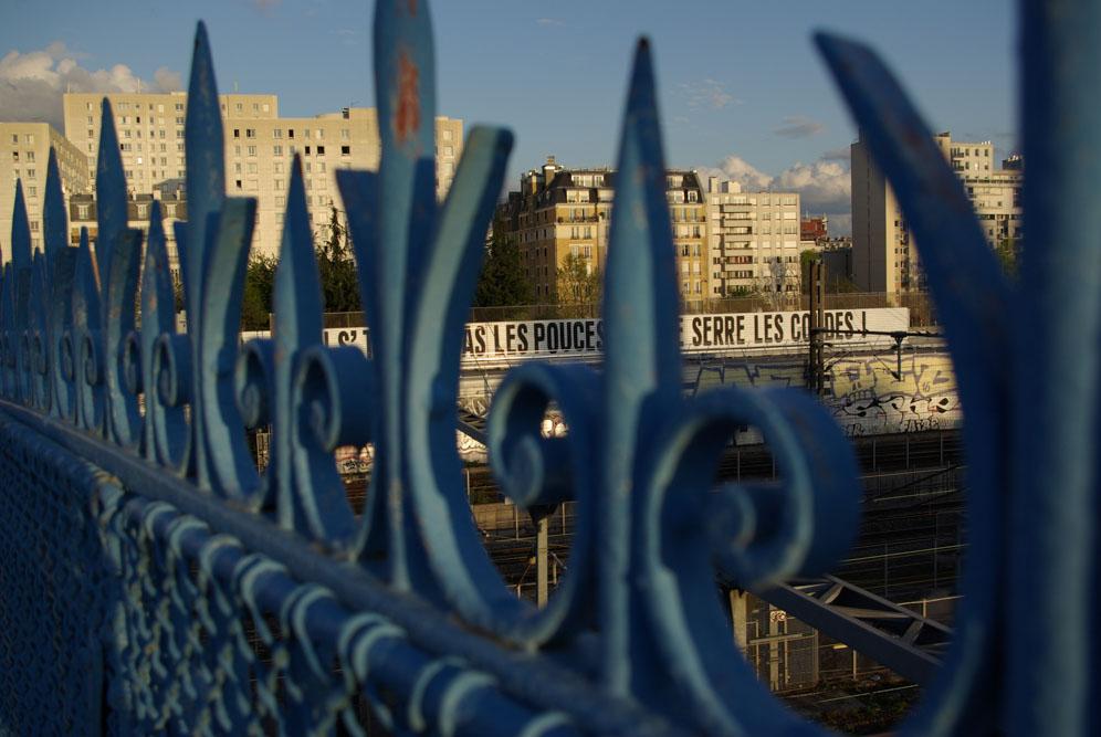 On ne se tourne pas les pouces, on se serre les coudes, pont de la rue Riquet @J.Barret