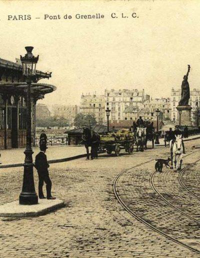 Vue sur la statue orientée vers la tour Eiffel et l'Élysée, depuis larivegauche de l'ancien pont de Grenelle, vers 1910 @SHA15