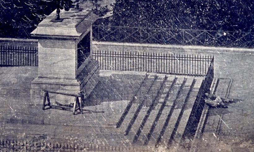 Un ou deux ouvriers allongés à l'ombre de la statue d'Henri IV sur l'île de la Cité. Daguerréotype de  1837 - Domaine public