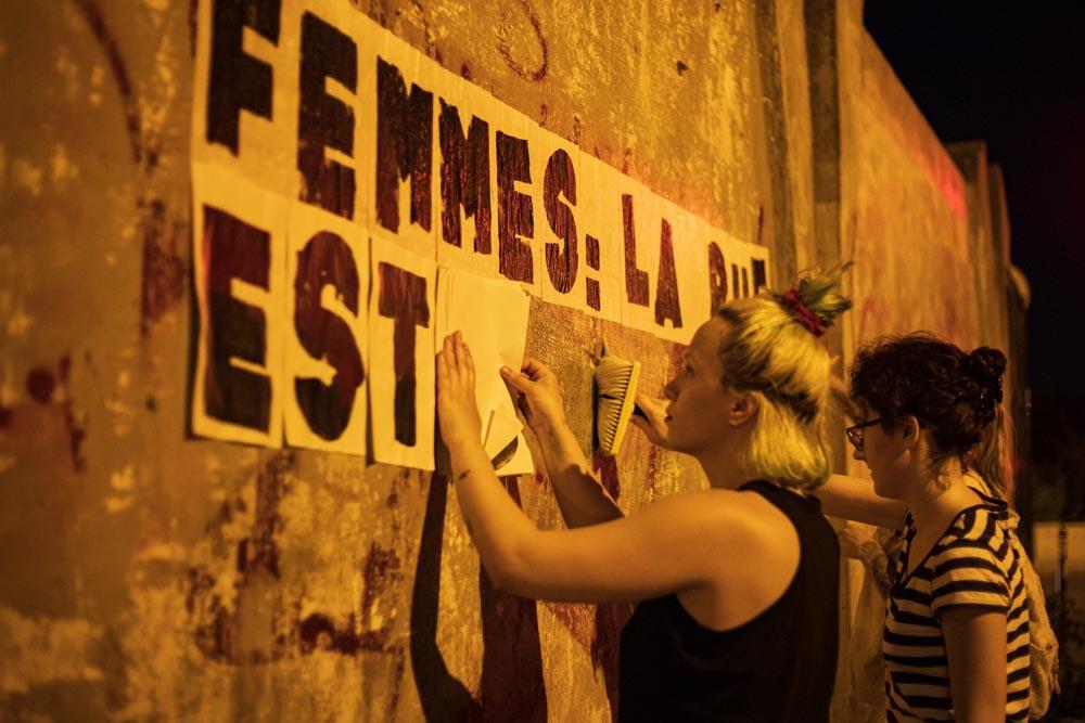 Le 21 mai 2020, à Montreuil, Marguerite, Traky, Oriane et Adèle reprennent les collages © Camille Nivollet