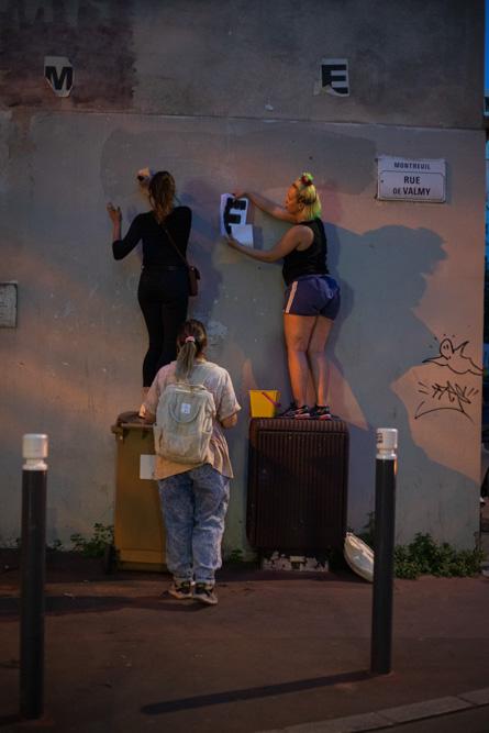 Le 21 mai 2020, après le confinement, les collages reprennent à Montreuil avec Marguerite, Traky, Oriane et Adèle ©Camille Nivollet