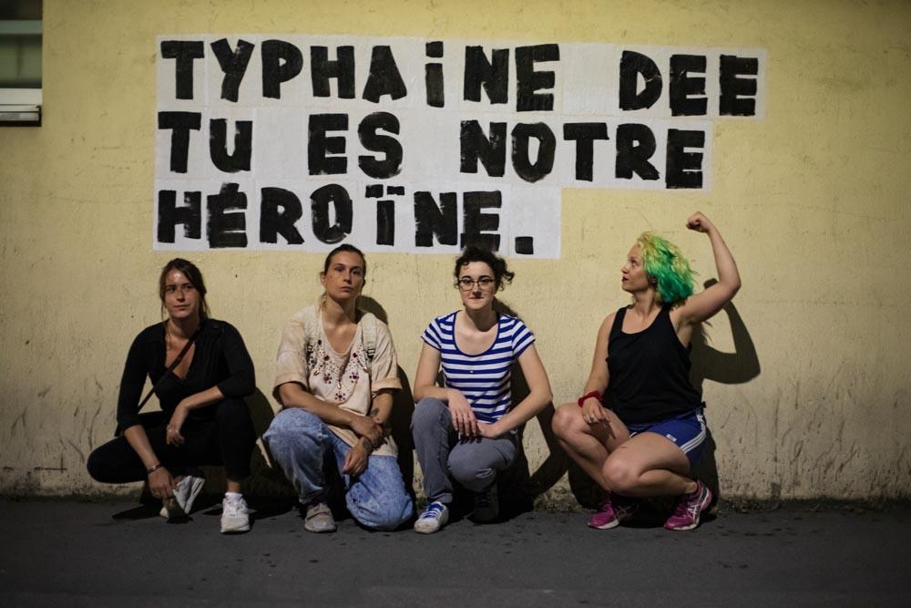 A Montreuil, le 21 mai 2020, Marguerite, Traky, Oriane et Adèle collent en soutien à Typhaine Dee (comédienne, autrice, dramaturge et metteuse en scène) @ Camille Nivollet