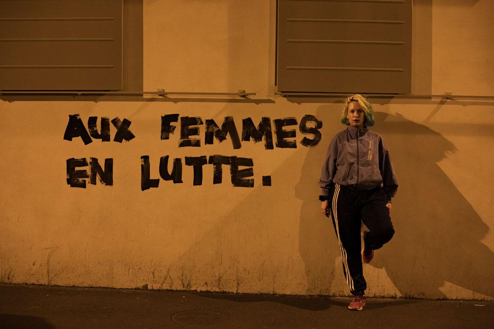 Le 24 mai 2020 à Montreuil (IDF), Marguerite Stern peint les slogans directement sur les murs de la ville © Camille Nivollet