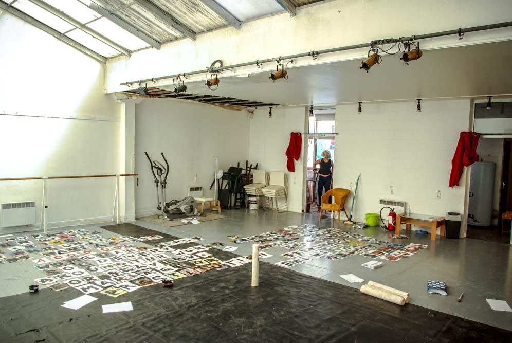 Collage en préparation dans l'ancienne salle de danse du squat @J.Barret