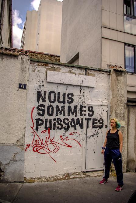 Marguerite Stern devant la façade du squat où elle vit @J.Barret