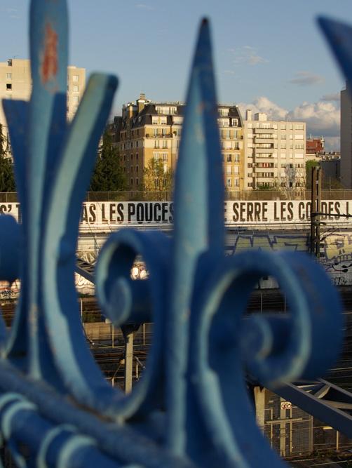 La fresque de Sean Hart, 'On s'tourne pas les pouces, on se serre les coudes !', aperçue du pont de la rue Riquet - projet Passerelles @J.Barret