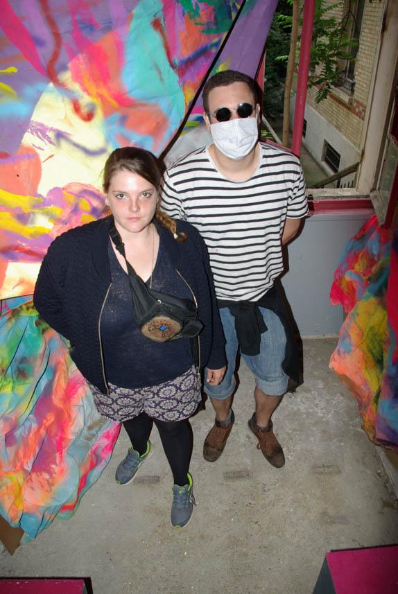 Zélie Delcour et Mr Byste posant au sein de l'oeuvre L'abondance de Zélie Delcour, au Jardin Denfert @J.Barret