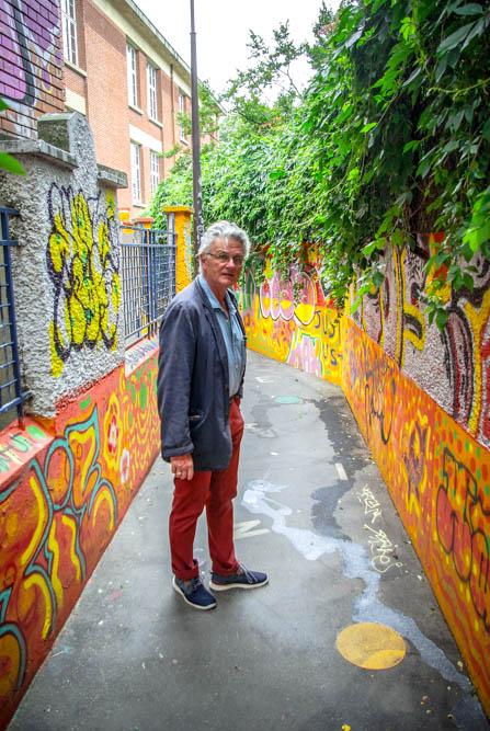Gérard Mordillat dans le passage reliant la rue de la Bidassoa à la rue Sorbier @J.Barret
