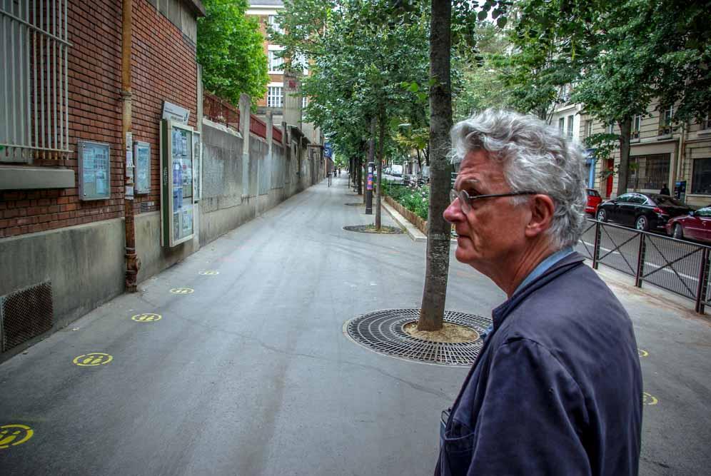 Gérard Mordillat devant l'école élémentaire Sorbier @J.Barret