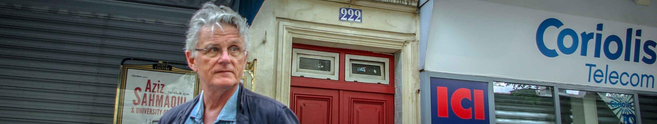 Gérard Mordillat devant l'immeuble de son enfance, rue des Pyrénées @J.Barret - Copie