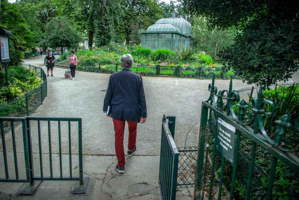 G. Mordillat entre dans le square Edouard Vaillant face à l'hôpital Tenon @J.Barret