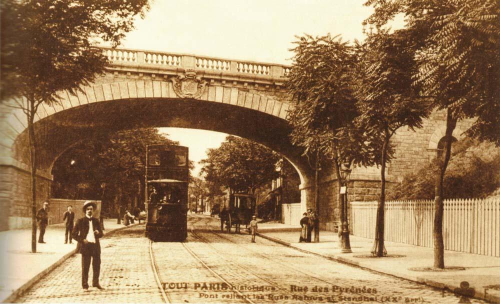 Pont reliant les rues Ramus et Stendhal au dessus de la rue des Pyrénées @Parimagine - coll. Franceschini